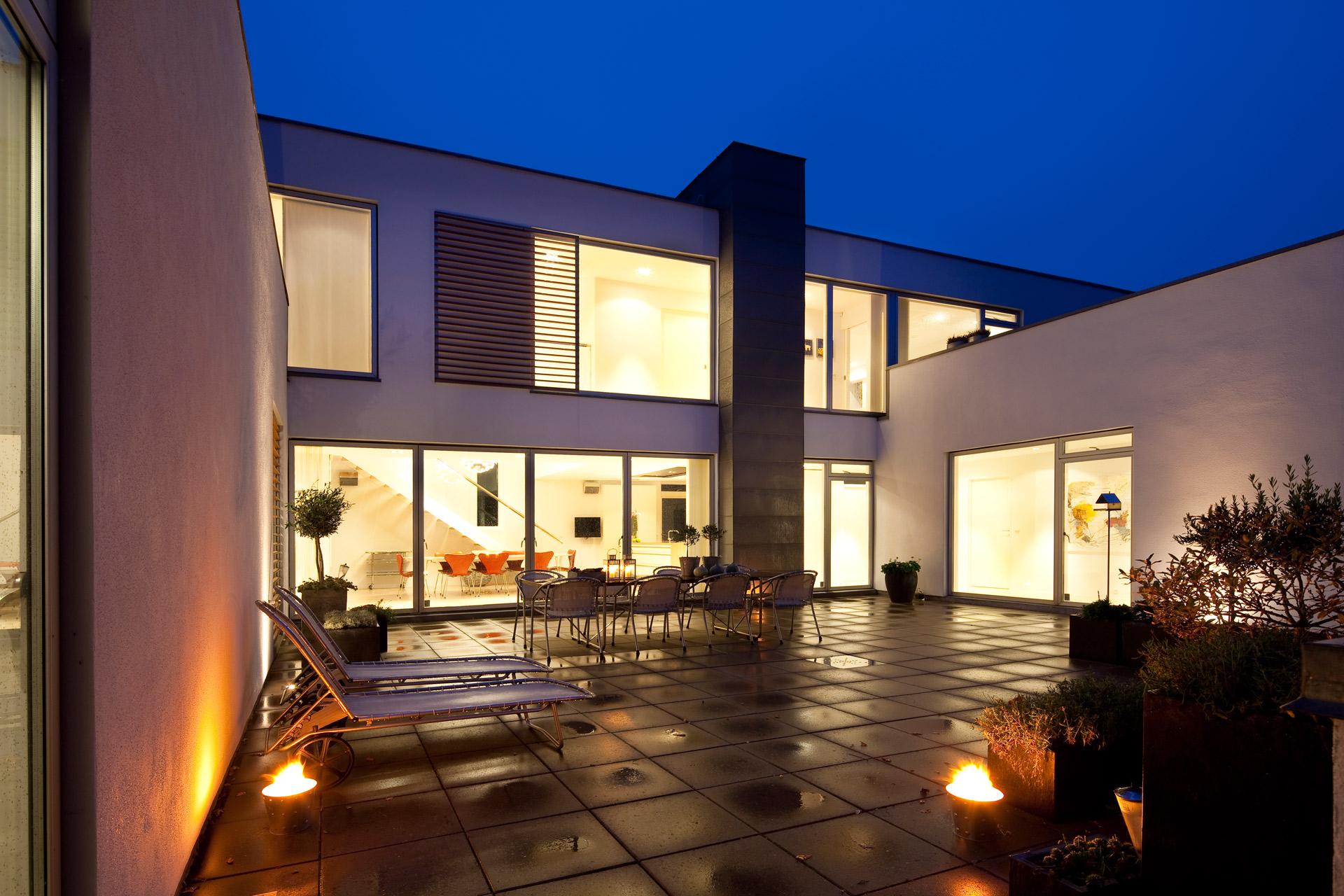Arkitekturbillede-med-aftensteming-i-den-blå-time-fotograferet-af-BB-Studio