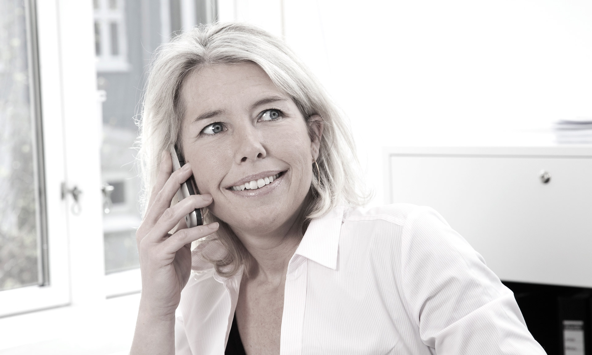 Glad-receptionist-på-arbejde-i-Aarhus-fotograferet-af-BB-Studio.dk